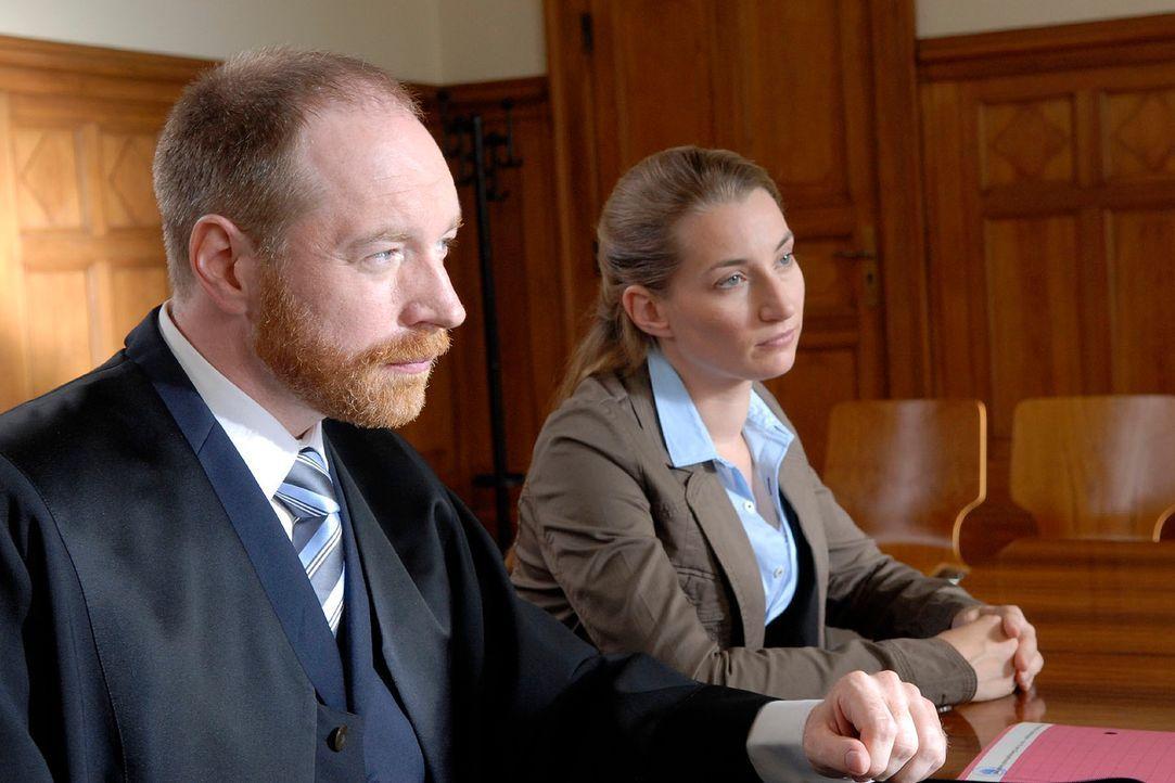 René (Julia Bähre, r.) versucht mit Hilfe ihres Anwalts (Rainer Sellien, l.) zu verhindern, dass Astrid mit ihrem gemeinsamen Sohn nach Hamburg zieh... - Bildquelle: Christoph Assmann Sat.1