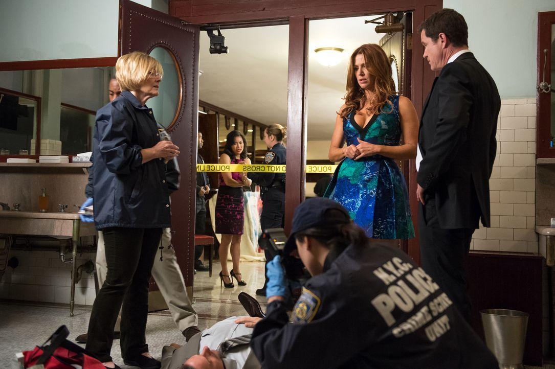 Als Al (Dylan Walsh, r.) einwilligt, Carrie (Poppy Montgomery, 2.v.r.) auf ihr Klassentreffen zu begleiten, ahnt er noch nicht, dass dort ein neuer... - Bildquelle: 2013 Sony Pictures Television Inc. All Rights Reserved.
