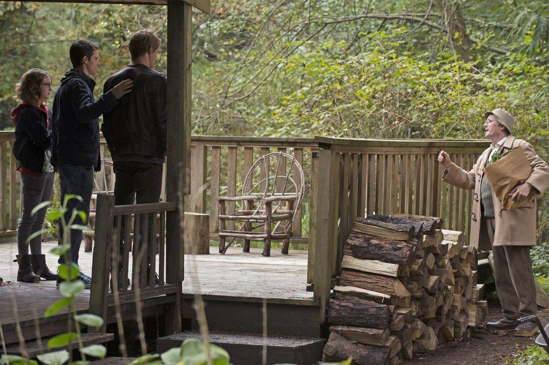 Noch ahnen Irene (Laura Slade Wiggins, l.), Stephen (Robbie Amell, 2.v.l.) und John (Luke Mitchell, 2.v.r.) nicht, welche Risiken sie eingehen, nur... - Bildquelle: Warner Bros. Entertainment, Inc