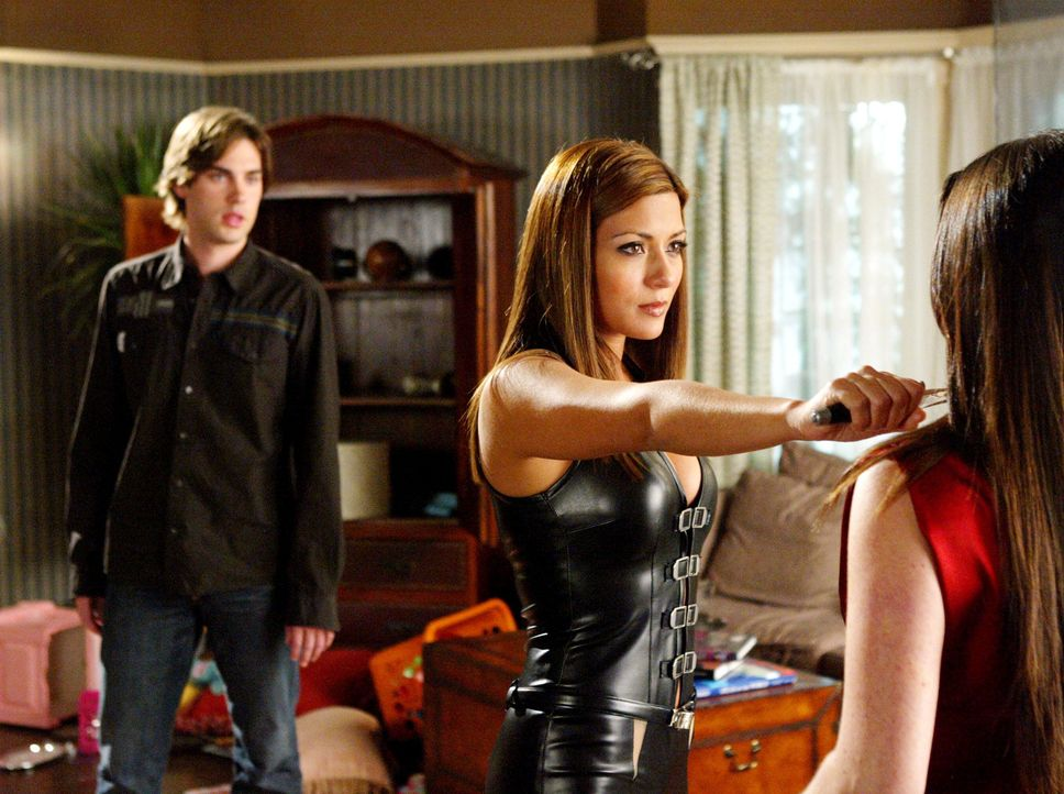 Chris (Drew Fuller, l.) trifft die Phoenix-Hexe Bianca (Marisol Nichols, M.), seine Verlobte aus der Zukunft, wieder. Sie will ihn in die Zukunft zu... - Bildquelle: Paramount Pictures.