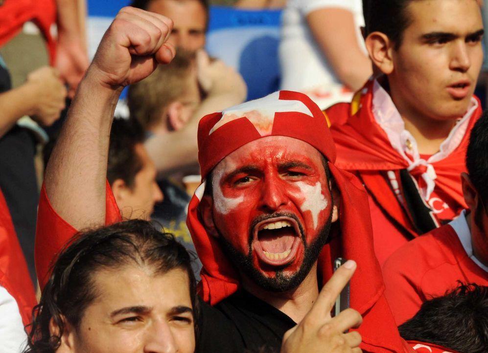 Fußball-Fan-Tuerkei-080625-2-dpa - Bildquelle: dpa