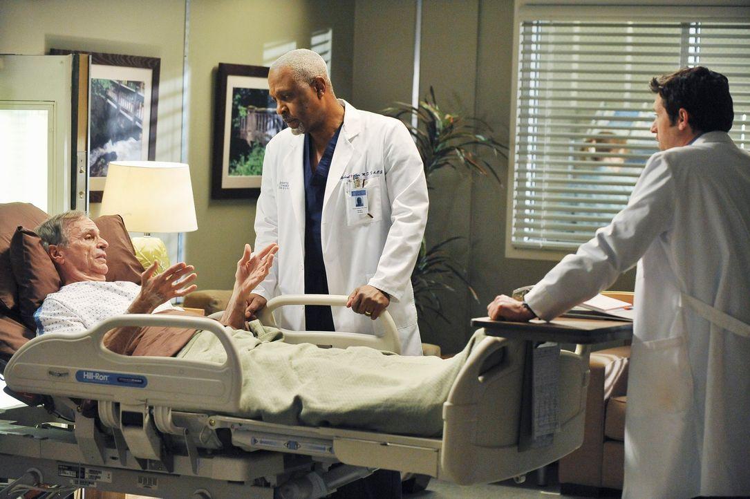Dr. Harper Avery (Chelcie Ross, l.) verlangt, bei seiner Bauchoperation keine Vollnarkose zu bekommen, um alles bei vollem  Bewusstsein erleben zu k... - Bildquelle: Touchstone Television