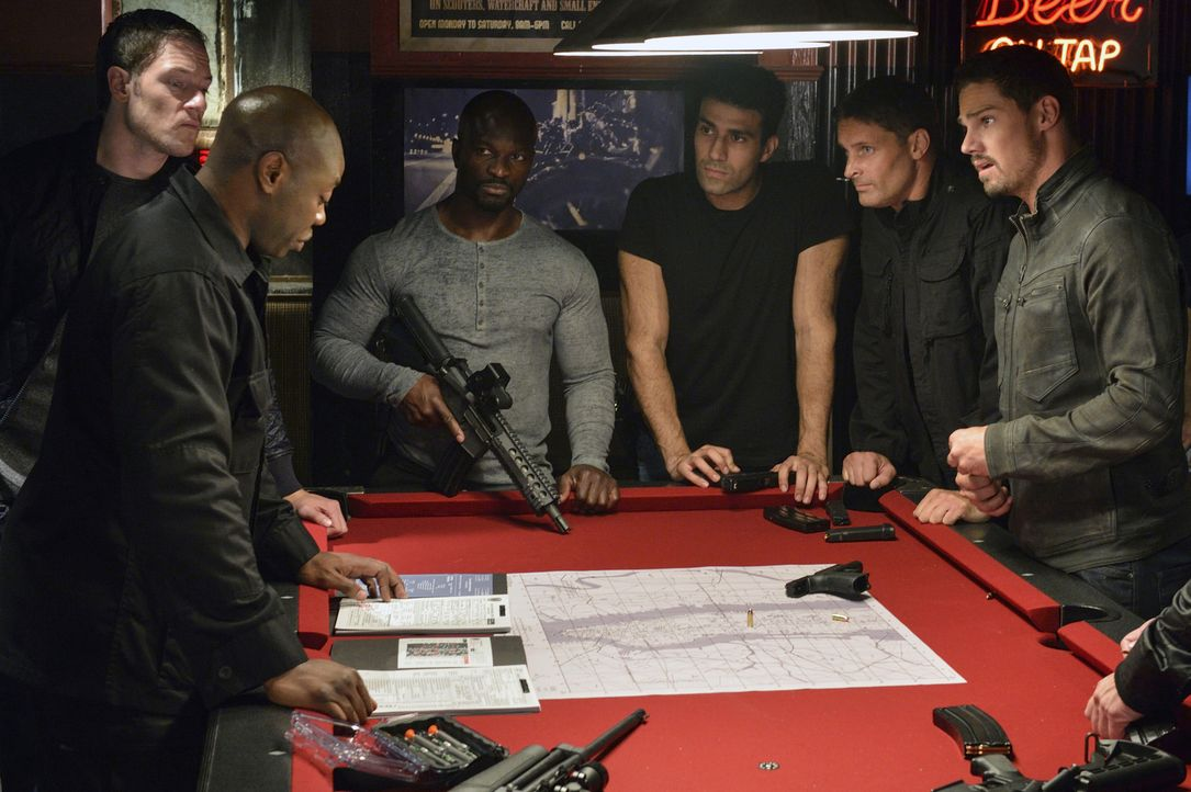Vincent (Jay Ryan, r.) soll für Dawes (Dayo Ade, 2.v.l.), Kane (Tahmoh Penikett, l.) und die restlichen Mitglieder von Graydal Securities eine Besti... - Bildquelle: Ben Mark Holzberg 2016 The CW Network. All Rights Reserved.