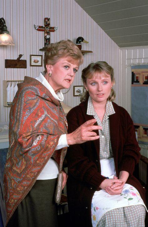 Weiß Irene Rutledge (Tess Harper, r.) mehr über den Mord an dem Maler Simon Thane, als sie zugibt? Jessica (Angela Lansbury, l.) versucht das heraus... - Bildquelle: Universal Pictures