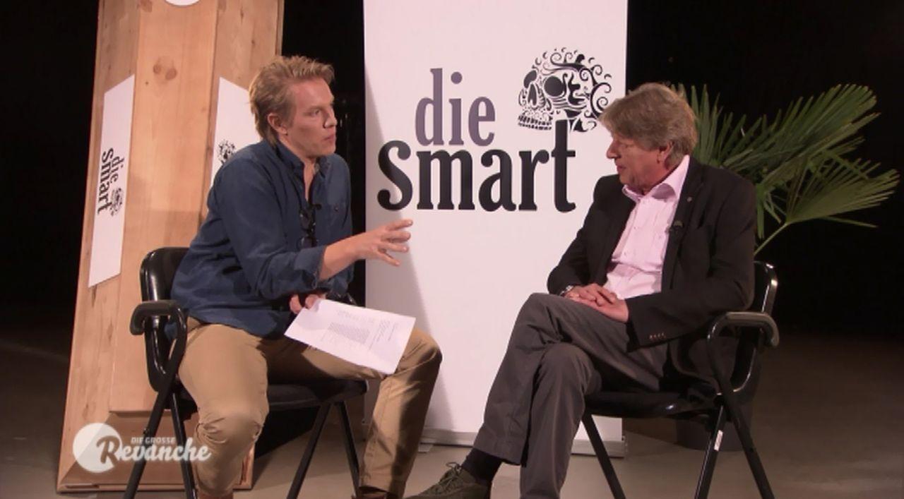 Walter Freiwald (r.), der Moderator, der alles verkaufen kann, wird von Simon Gosejohann (l.) auf die Schippe genommen ... - Bildquelle: SAT.1