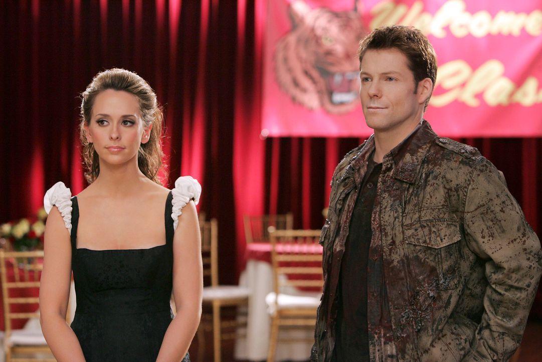 Der Geist von Bryan Curtis (Jamie Bamber, r.), der bei einem Autounfall ums Leben gekommen ist, bittet Melinda (Jennifer Love Hewitt, l.) um Hilfe … - Bildquelle: ABC Studios