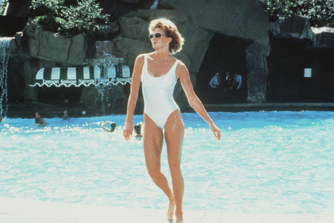 Um ihrem Chef bei der Preisverleihung zum Polizisten des Jahrzehnts ''beizustehen'', folgt ihm Kate Stratton (Janet Jones) in die Sonne Floridas ... - Bildquelle: Warner Bros.
