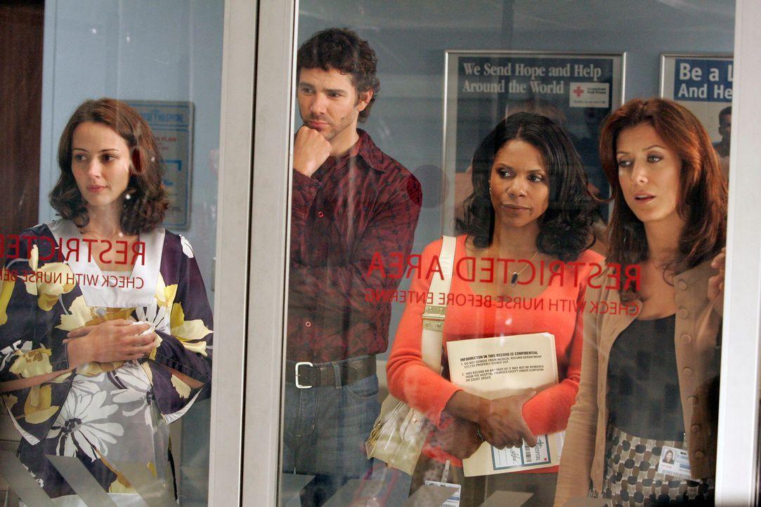 Während Naomi (Audra McDonald, 2.v.r.), Addison (Kate Walsh, r.) und die Eltern des schwerkranken Jungen, Molly (Amy Acker, l.) und Eric Madison (Dr... - Bildquelle: ABC Studios