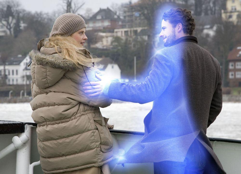 Zunächst will Jana (Diana Amft, l.) nicht wahrhaben, dass sie tiefe Gefühle für einen Geist entwickelt hat. Deshalb stößt sie Tom (Stephan Luca... - Bildquelle: Dirk Dunkelberg Sat.1