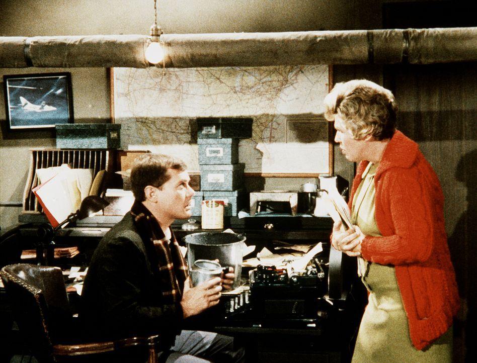 Tony (Larry Hagman, l.) erhält einen Blick in seine Zukunft, in der er sich mit einem Drachen von Sekretärin herumstreiten muss ... - Bildquelle: Columbia Pictures