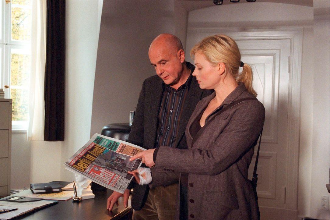 Alex (Susanna Simon, r.) konfrontiert den Wissenschaftler Dr. Rieker (Thomas Meinhardt, l.) mit Berichten über angreifende Krähen. - Bildquelle: Susan Skelton Sat.1
