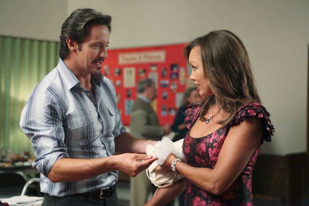 Während Renee (Vanessa Williams, r.) alles versucht, um für den neuen Bewohner Ben Faulkner (Charles Mesure, l.) interessant zu werden, geraten Tom... - Bildquelle: ABC Studios