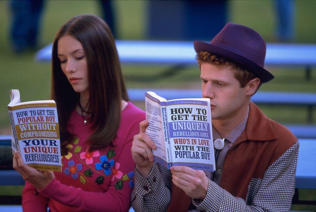 Das hübsche hässliche Entlein Janey (Chyler Leigh, l.) und ihr bester Freund Ricky (Eric Jungmann, r.) ahnen nicht, dass sie Opfer einer Wette sin... - Bildquelle: 2003 Sony Pictures Television International. All Rights Reserved.