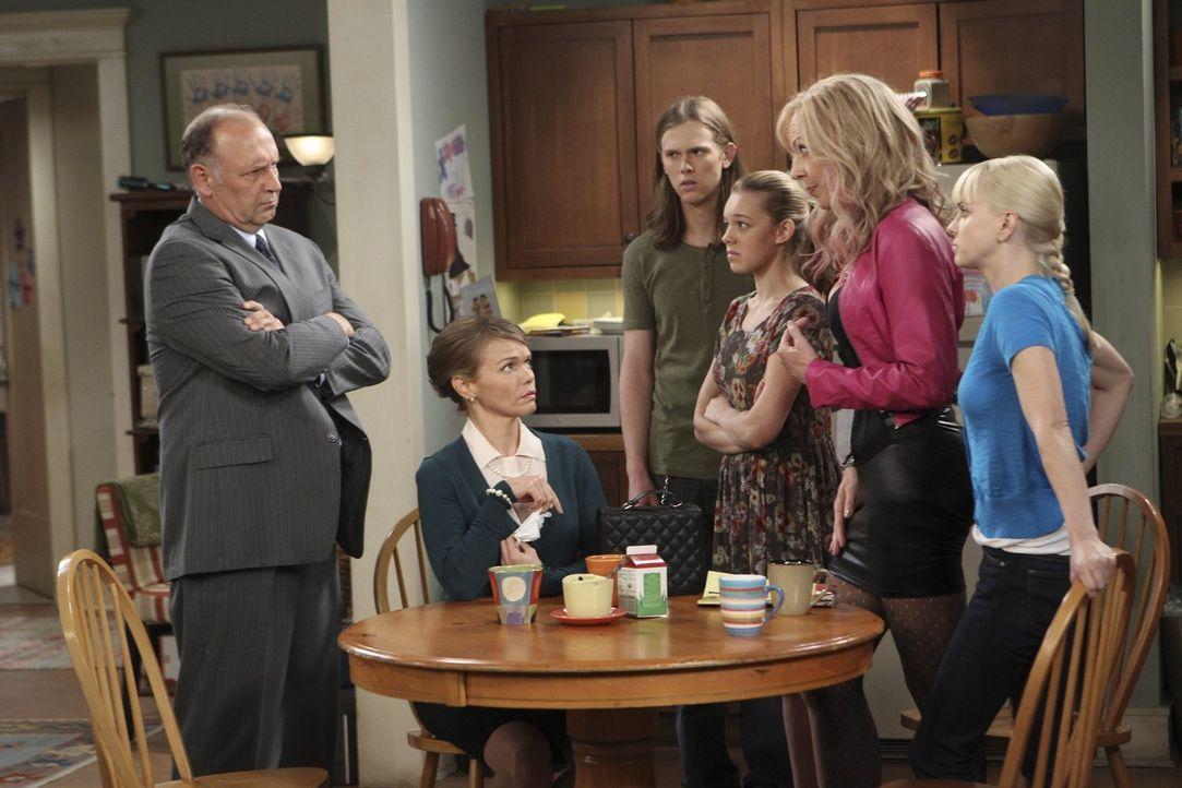 Die sittenstrengen Eltern von Luke sind zu Besuch und in der Küche von Christy kommt es zu einer harten Konfrontation zwischen den Familien. V.l.n.r... - Bildquelle: Warner Brothers Entertainment Inc.