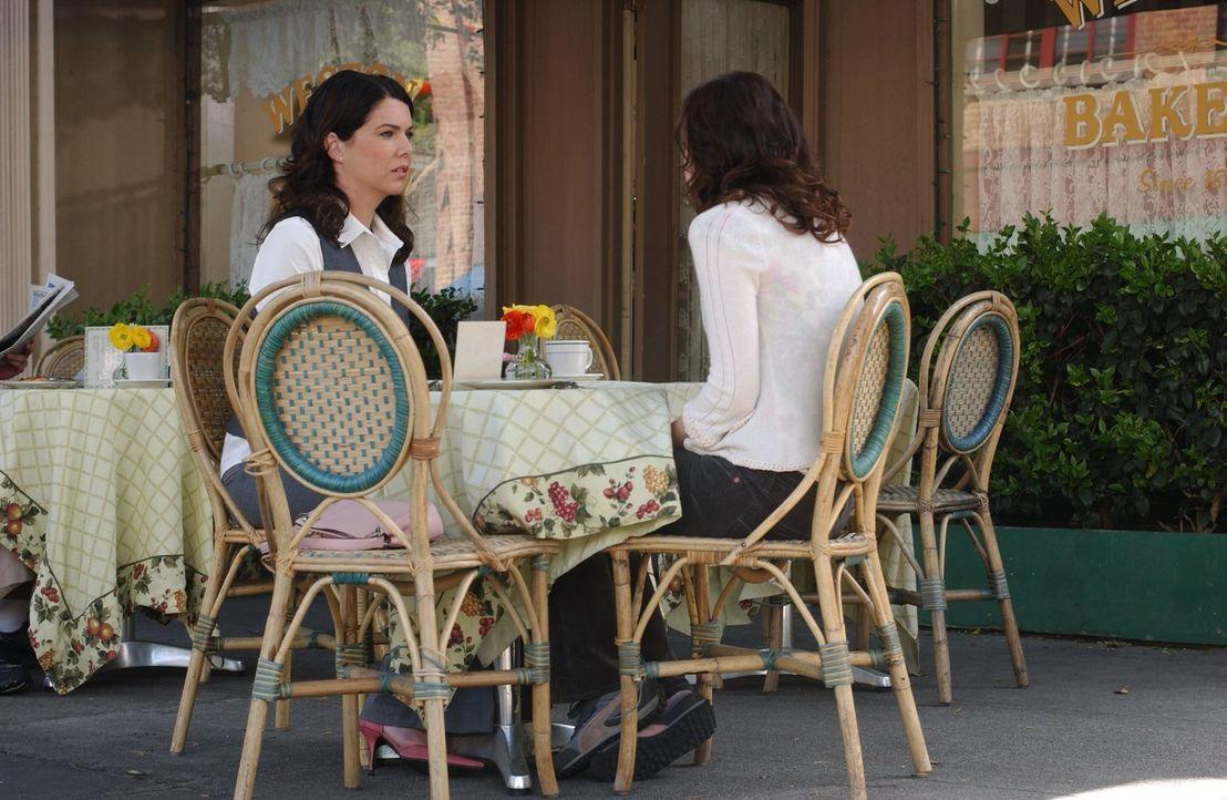 Obwohl Rory (Alexis Bledel, r.) beteuert, dass es nicht Logans schuld war, ist Lorelai (Lauren Graham, l.) fest von überzeugt, dass ihre Tochter nur... - Bildquelle: 2004 Warner Bros.