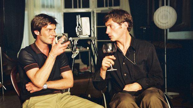 Christoph (Thomas Scharff, l.) und Jonathan (Benjamin Sadler, r.) sehen gemei...