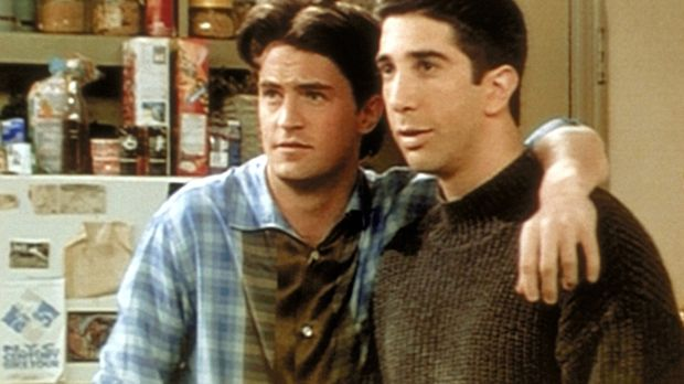 Chandler (Matthew Perry, l.) malt mit Ross (David Schwimmer, r.) die rosigen...