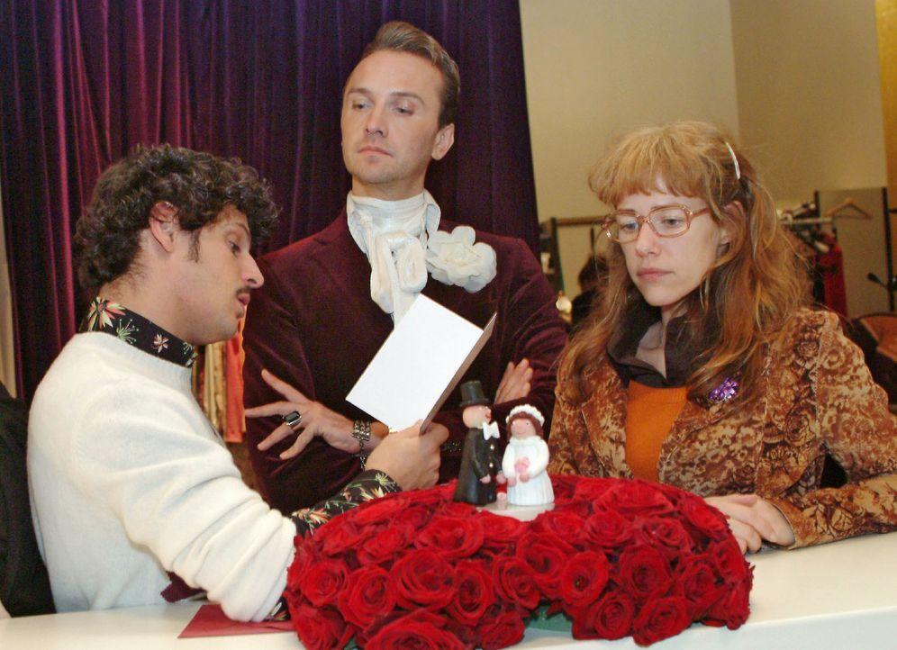 Durch ein Versehen ist eine Hochzeitstorte für David und Mariella in die Firma geschickt worden. Während Hugo (Hubertus Regout, M.) und Rokko (Manue... - Bildquelle: Monika Schürle Sat.1