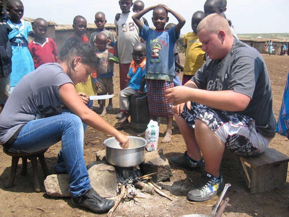 Bei einem Massai-Stamm in Kenia sollen die beiden Teenager Aylin (l.) und Markus (r.) auf den richtigen Weg gebracht werden ... - Bildquelle: kabel eins