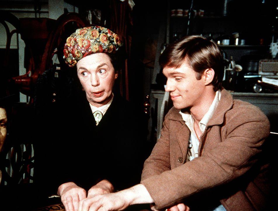 Im Laden von Ike Godsey trifft John Boy (Richard Thomas, r.) auf die Baldwin-Schwestern. Mamie (Mary Jackson, l.) führt ihm sogleich ihre neuste Err... - Bildquelle: WARNER BROS. INTERNATIONAL TELEVISION