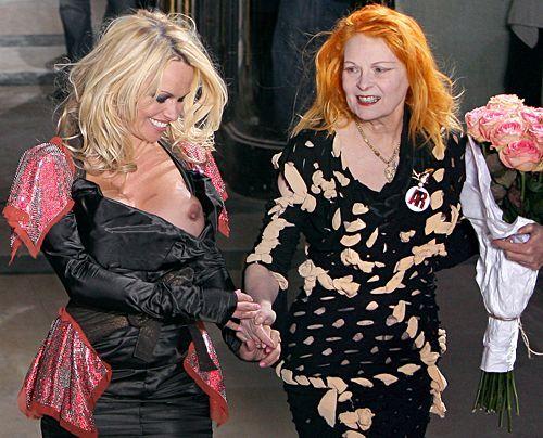 Pamela Anderson präsentierte im März 2009 in Paris die neue Kollektion von Vivienne Westwood... - Bildquelle: AFP