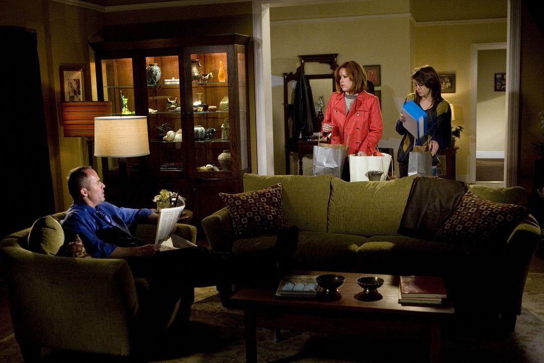 Der Teenager Amy (Shailene Woodley, r.) versteckt den immer runder werdenden Bauch geschickt, sodass die Eltern George (Mark Derwin, l.) und Anne (M... - Bildquelle: ABC Family