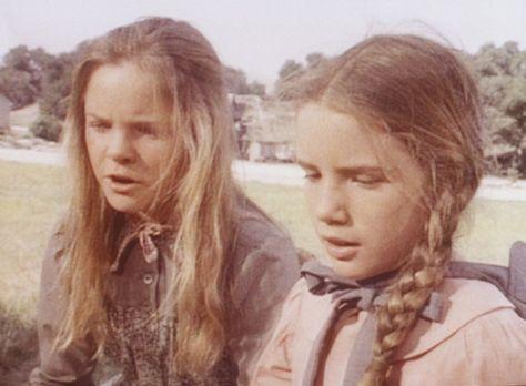 Unsere kleine Farm - Laura (Melissa Gilbert, r.) muss sich um die kranke Nell...