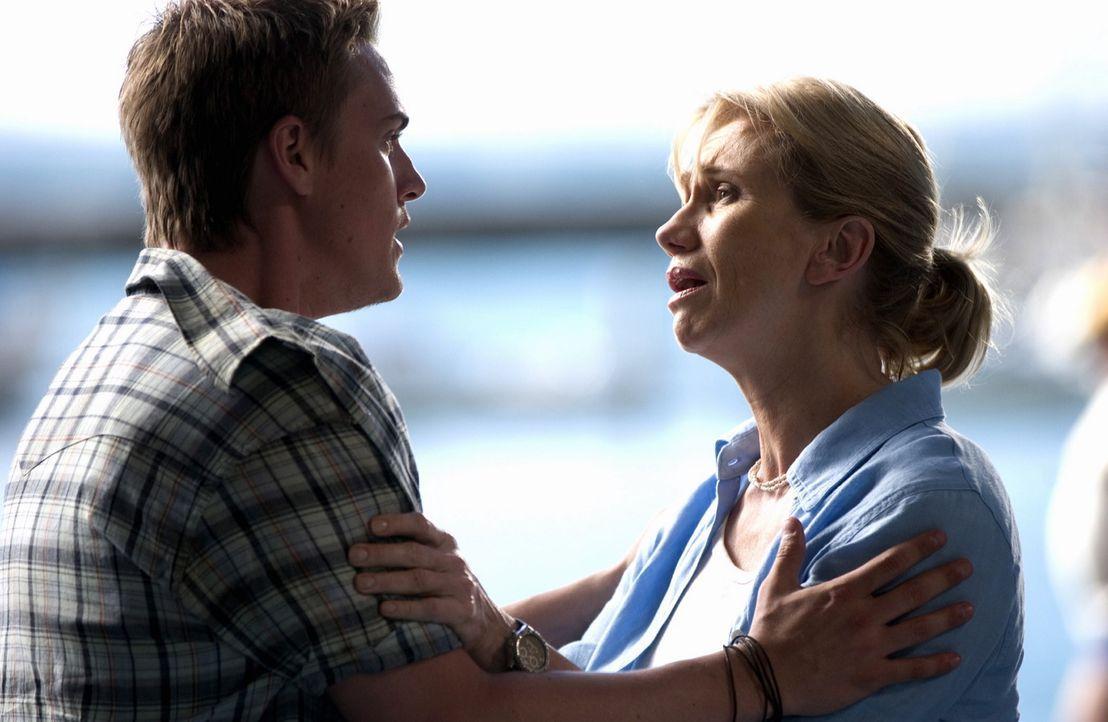 Shane (Riley Smith, l.) verspricht Danielles Mutter (Kathy Baker, r.), die Tochter zu retten. Ein lebensgefährliche Rettungsaktion beginnt ... - Bildquelle: CBS Television