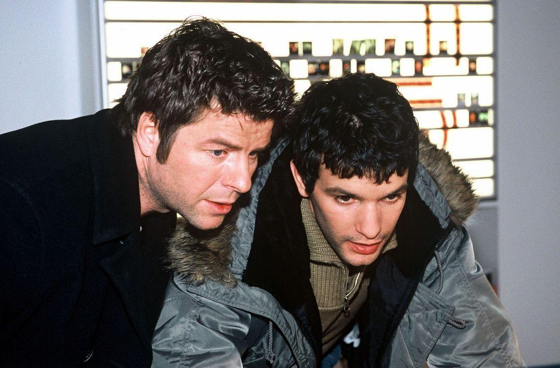 Jupp (Uwe Fellensiek, l.) und Gino (Luca Zamperoni, r.) sind in der Agentur auf Spurensuche ... - Bildquelle: Münstermann Sat.1