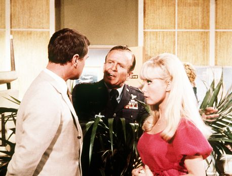 Jeannie (Barbara Eden, r.) und Tony (Larry Hagman, l.) proben mit Dr. Bellows...