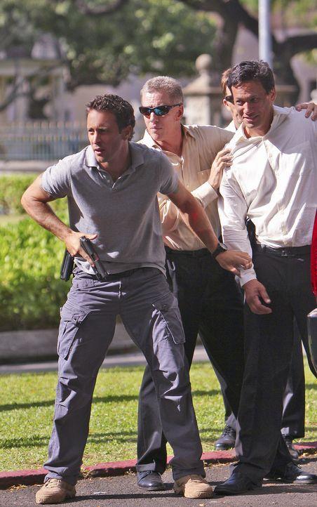 Steves (Alex O'Loughlin, l.) Versessenheit darauf, die Wahrheit herauszufinden, macht ihn blind für die Falle, in die nicht nur er, sondern das ganz... - Bildquelle: 2011 CBS BROADCASTING INC.  All Rights Reserved.