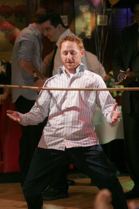 Morris (Scott Grimes) stellt sein Können beim Limbo-Tanzen unter Beweis ... - Bildquelle: Warner Bros. Television