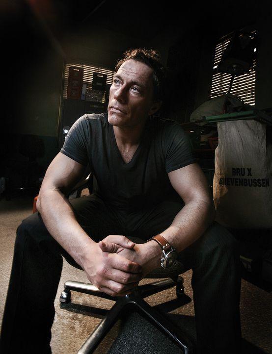 Weil die Gangster große Anhänger des Kinohelden J.C.V.D. (Jean-Claude Van Damme) sind, wird er dazu verdonnert, die Verhandlungen mit der Polizei zu... - Bildquelle: 2008 Samsa Film & Gaumont. All Rights Reserved.