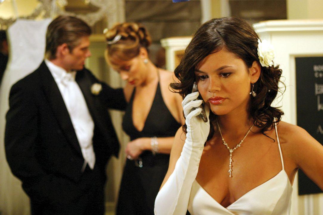 Seth und Ryan müssen bei einer jährlichen Veranstaltung als Begleitung herhalten. Marissa stellt Ryan als Anna Sterns Begleiter ein und Seth darf... - Bildquelle: Warner Bros. Television