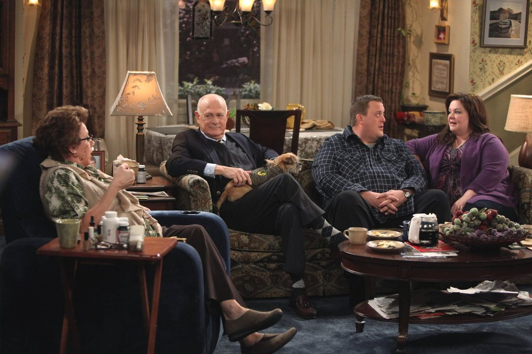 Bei einem gemeinsamen Abendessen mit Molly (Melissa McCarthy, r.) und Peggy (Rondi Reed, l.) spornt Mikes (Billy Gardell, 2.v.r.) Boss (Gerald McRan... - Bildquelle: Warner Brothers