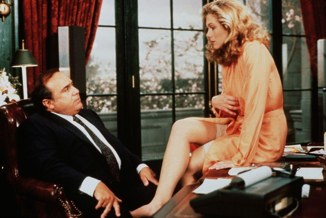 Barbara (Kathleen Turner, r.) gibt Scheidungsanwalt Gavin (Danny DeVito, l.) einen ganz besonderen Wink mit dem Zaunpfahl ... - Bildquelle: 20th Century Fox Film Corporation