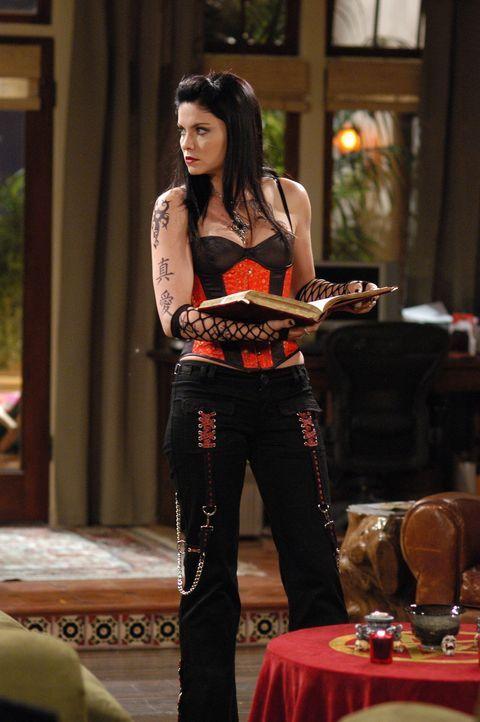 Isabelle (Jodi Lyn O'Keefe), Charlies neue Freundin, hat eine ganz besondere Vorliebe ... - Bildquelle: Warner Brothers Entertainment Inc.