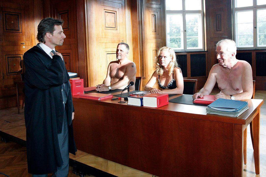 Alex (René Steinke, l.) hat vor Richterin Wachowsky (Susanne Lüning, 2.v.r.) eine Sprachblockade. Er versucht es mit Reinershofers professionellem T... - Bildquelle: Mosch Sat.1