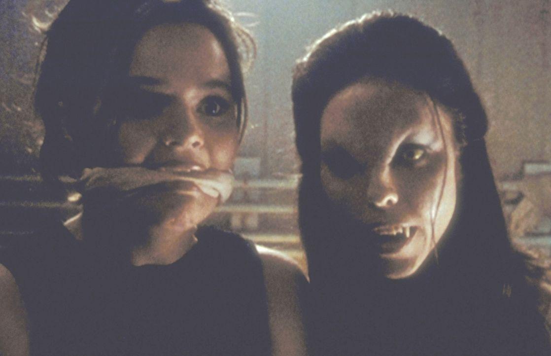 Die Vampirin Drusilla (Juliet Landau, r.) hat Sheila (Alexandra Jones, l.) in ihre Gewalt gebracht. - Bildquelle: TM +   2000 Twentieth Century Fox Film Corporation. All Rights Reserved.