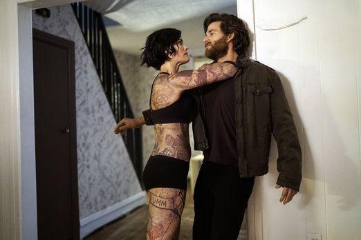 Blindspot - Jane (Jaimie Alexander, l.) wird in ihrer Wohnung von einem Mann...