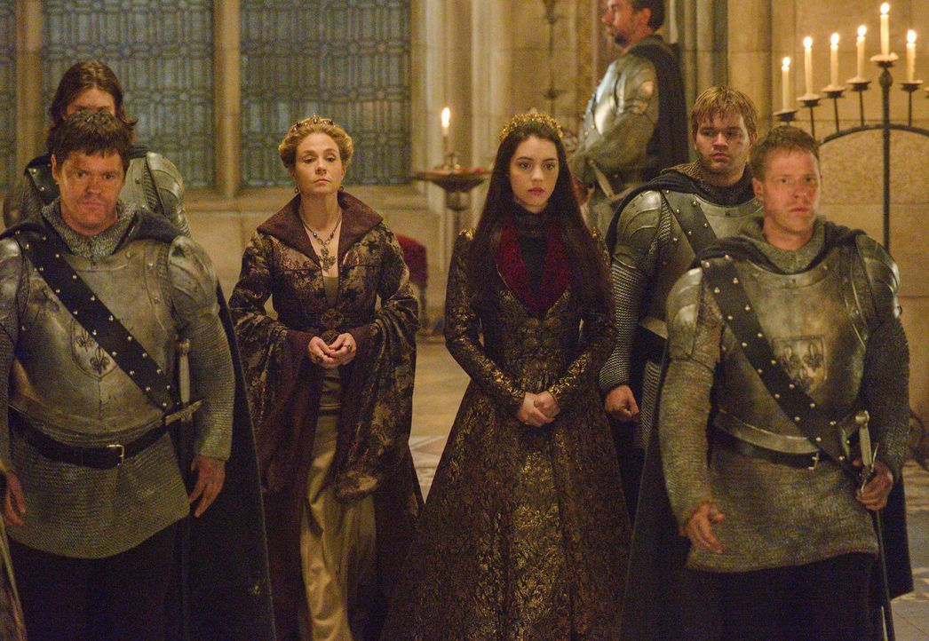 Nach den Gräueltaten der Protestanten halten die beiden Frauen zueinander: Catherine (Megan Follows, l.) und Mary (Adelaide Kane, r.) ... - Bildquelle: Ben Mark Holzberg 2014 The CW Network, LLC. All rights reserved.