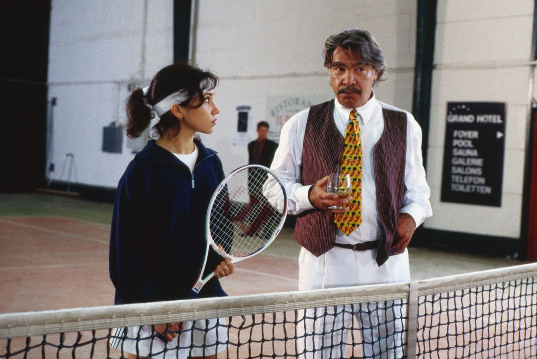 Die als Tennis-Star gefeierte Conny Roland (Karin Angerer, l.) hat unter der harten Führung ihres Vaters Albert (Joachim Kemmer, r.) zu leiden. Bei... - Bildquelle: Alfred Raschke Sat.1