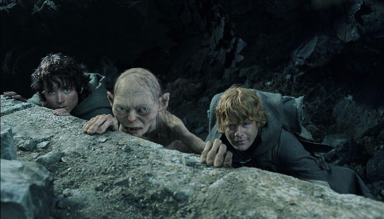 Der Ring zehrt immer mehr an Frodos (Elijah Wood, l.) Kräften. Sam (Sean Astin, r.) hat Angst um seinen Freund, zumal er Gollum (Andy Serkis, M.) im... - Bildquelle: Warner Bros.