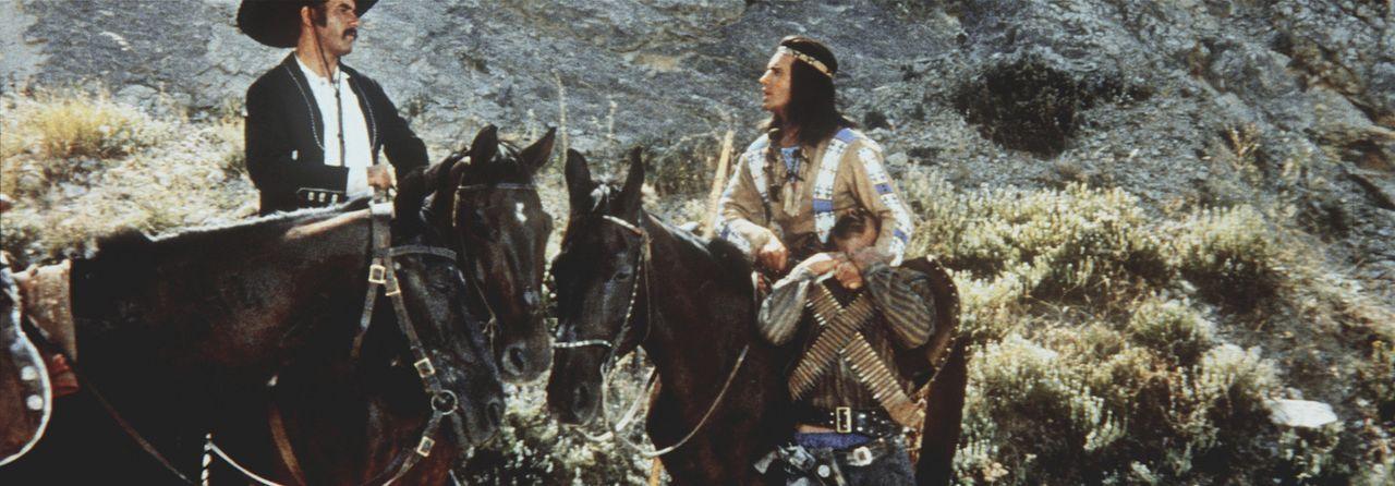 Winnetou (Pierre Brice, r.) versucht, mit dem Gangster Quilvera (Miha Baloh, l.) zu verhandeln ... - Bildquelle: Columbia Pictures