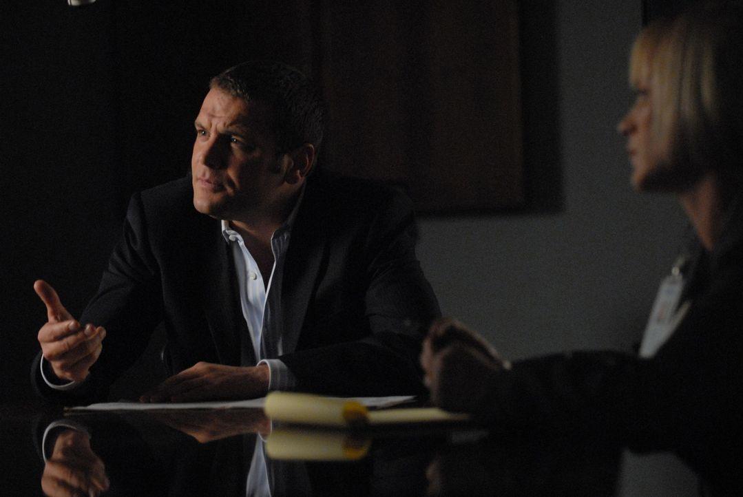 Ein Sexualstraftäter treibt in der Stadt sein Unwesen: Detective Lee Scanlon (David Cubitt, l.) und Allison (Patricia Arquette, r.) verhören den Hau... - Bildquelle: Paramount Network Television