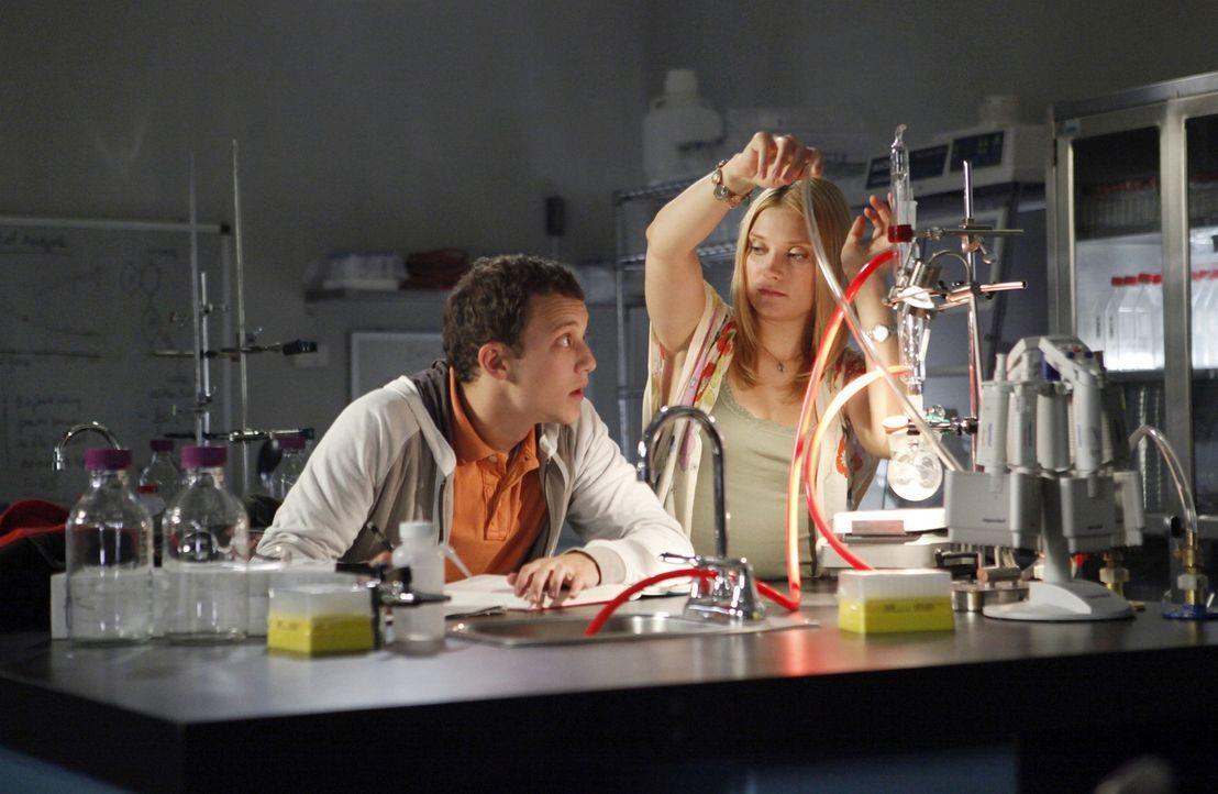 Heimlich schleichen sich Casey (Spencer Grammer, r.) und Rusty (Jacob Zachar, l.) ins Labor, um Rustys Chemie Projekt fertigzustellen ... - Bildquelle: 2009 DISNEY ENTERPRISES, INC. All rights reserved. NO ARCHIVING. NO RESALE.