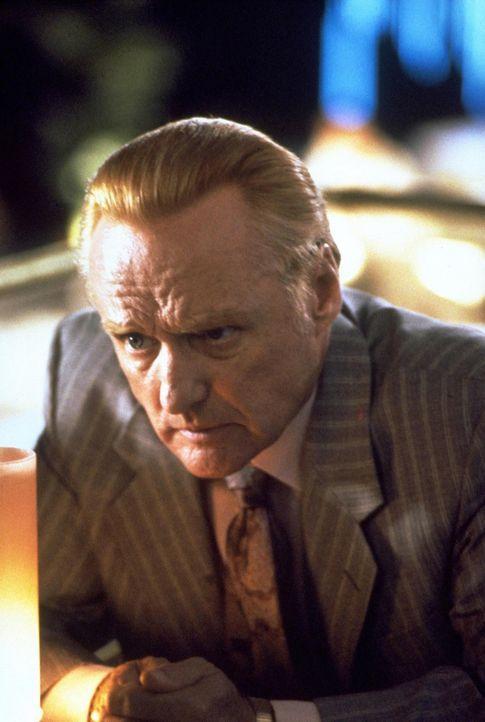 Wie soll der Gangster Red (Dennis Hopper) nur an die 50000 Dollar kommen, die er der Mafia schuldet? - Bildquelle: Warner Bros.