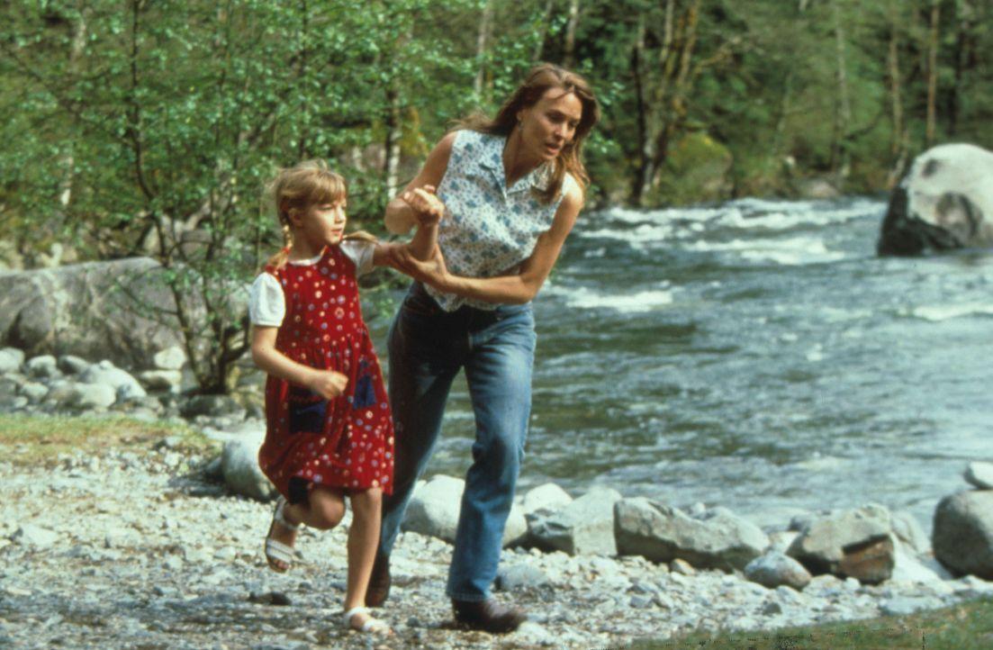 Ihr Leben ist in Gefahr. Lori (Robin Wright Penn, r.) versucht verzweifelt, sich und ihre Tochter Chrissy (Pauline Roberts, l.) vor dem Mörder in Si... - Bildquelle: Warner Bros.