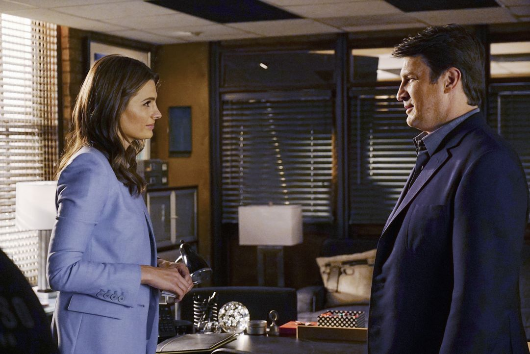 Sie müssen in die feine Gesellschaft New Yorks eintauchen, um einen brutalen Mord aufzuklären: Castle (Nathan Fillion, r.) und Beckett (Stana Katic,... - Bildquelle: Richard Cartwright 2015 American Broadcasting Companies, Inc. All rights reserved.