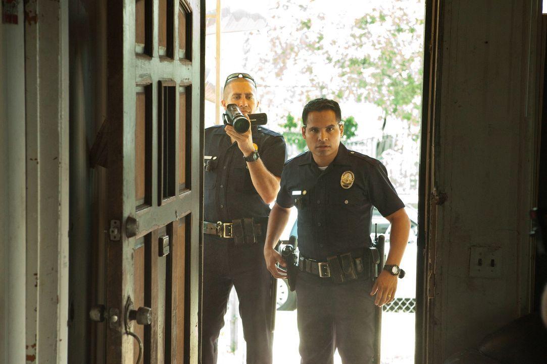 Ihr Alltag ist ein mörderischer Wahnsinn: Officer Brian Taylor (Jake Gyllenhaal, l.) und Officer Mike Zavala (Michael Pena, r.) ... - Bildquelle: Scott Garfield 2011 Sole Productions, LLC. All rights reserved.